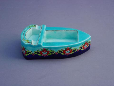 CENDRIER en forme de barque. Décor de fleurs polychromes. 9bf2697f5c8