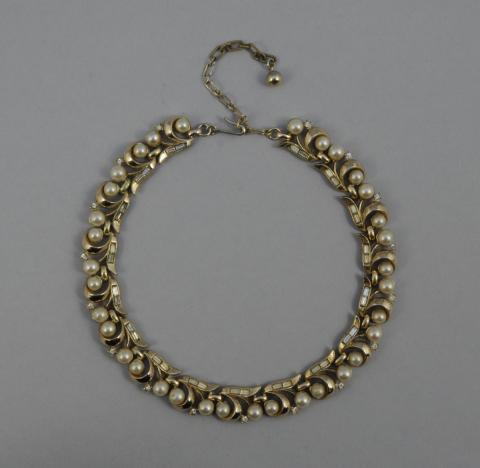 41caff0c0572 COLLIER articulé à décor d enroulement en métal doré orné de.