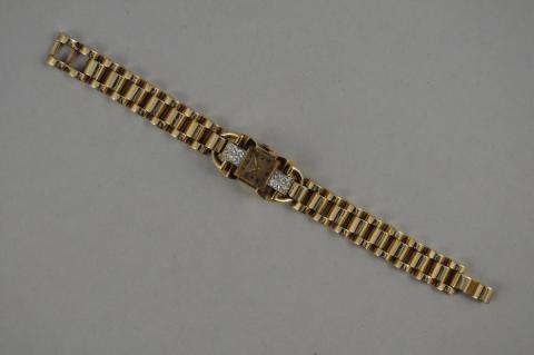7faf289584e9 MONTRE-BRACELET de dame en or jaune, la montre, de forme.