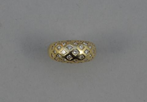 3e6a9c4b2ca BAGUE bandeau en or jaune ornée d un pavage de diamants.