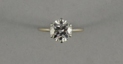 5ad3f404900 BAGUE en platine à six griffes sertie d un diamant solitaire.
